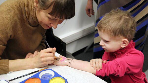 Создать более праздничную атмосферу помогли волонтеры, которые разрисовывали участников: разные рисунки украсили руки юных художников