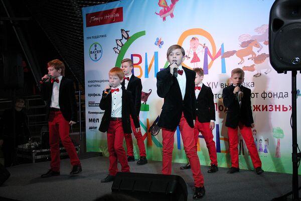 После теплых слов приветствия организаторов для всех собравшихся выступили мальчишки из детской группы БУМ