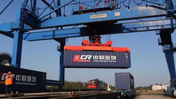 Перестановка контейнера транзитного поезда из Европы в Китай в рамках проекта Новый Шелковый путь
