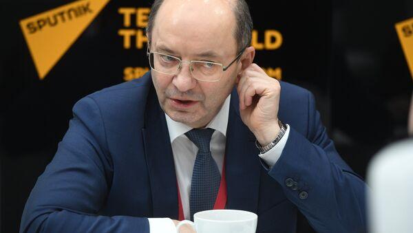 Александр Мишарин во время интервью в студии радио Sputnik на Российском инвестиционном форуме (РИФ-2018) в Сочи