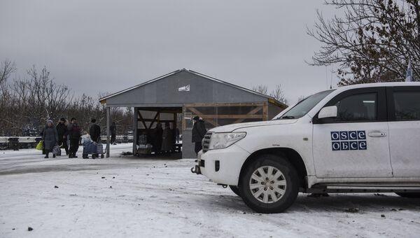 Автомобиль миссии ОБСЕ в районе временного пункта пропуска Станица Луганская между Украиной и Луганской народной республикой. Архивное фото