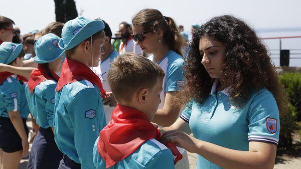Участники исторической реконструкции Назад в будущее в рамках празднования 90-летия международного детского центра Артек в Крыму