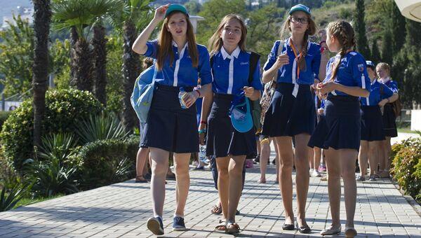 Дети на прогулке в Международном детском центре Артек в Крыму. Архивное фото