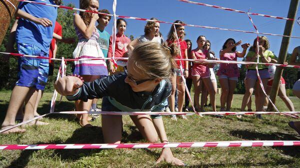 Дети играют в подвижные игры в оздоровительно-образовательном центре