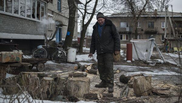 Мужчина в пострадавшем от обстрелов Донбассе. Архивное фото