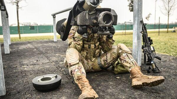 Американский военнослужащий с противотанковым ракетным комплексом (ПТРК) Javelin