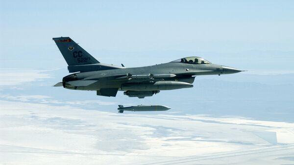 Многоцелевой истребитель F-16C во время сброса бомбы AGM-154 JSOW