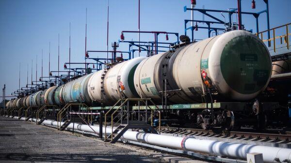 Цистерны на нефтебазе на территории Новороссийского морского торгового порта. Архивное фото