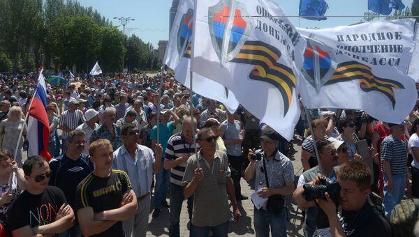 Участники митинга в поддержку ДНР на площади Ленина в Донецке. 18 мая 2014