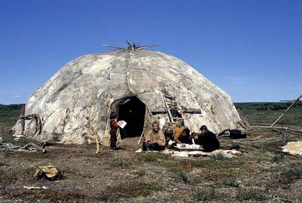 Чукотская семья у своей яранги. Архив