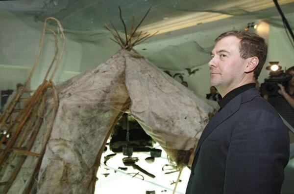 Президент России Дмитрий Медведев во время посещения музейного центра Наследие Чукотки в Анадыре.