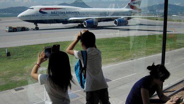 Пассажиры фотографируют Боинг 747 авиакомпании British Airways. Архивное фото