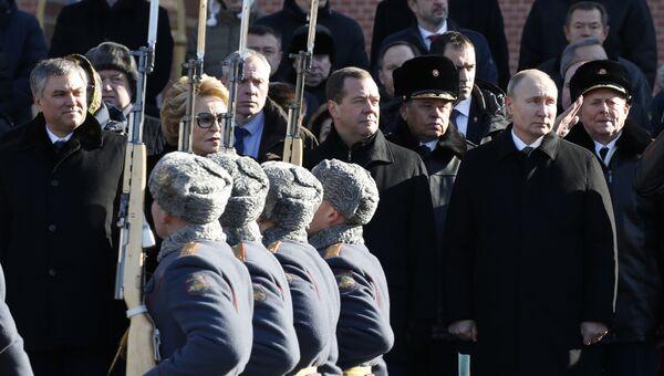 Президент РФ Владимир Путин на церемонии возложения венка к Могиле Неизвестного Солдата у Кремлёвской стены в День защитника Отечества. 23 февраля 2018