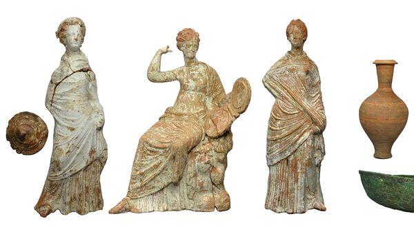 Статуэтки, ювелирные изделия, глиняные и бронзовые вазы эллинистического захоронения