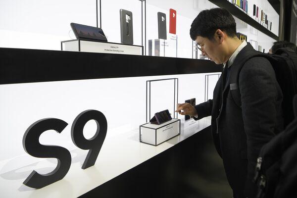 Новые смартфоны Samsung Galaxy S9 и S9+ на мероприятии Samsung Galaxy Unpacked 2018 в Барселоне. 25 февраля 2018 года