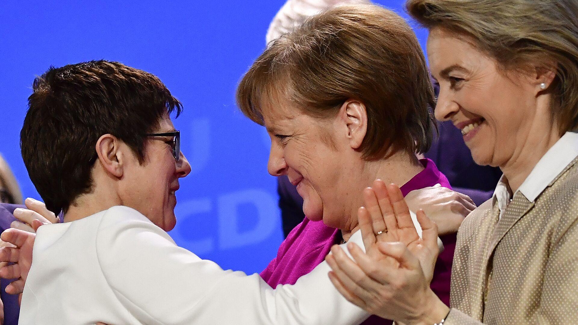 Канцлер Германии Ангела Меркель обнимает премьер-министра федеральной земли Саар Аннегрет Крамп-Карренбауэр на съезде ХДС, Германия. 26 февраля 2018 - РИА Новости, 1920, 11.03.2018
