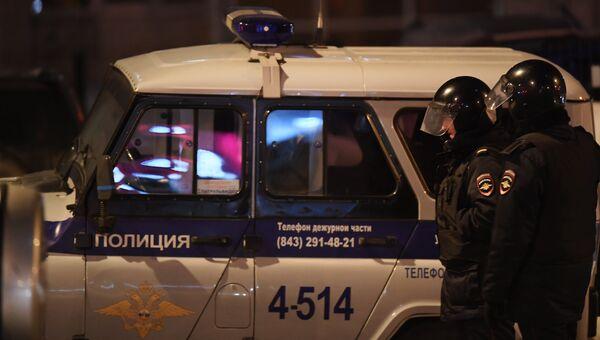 Сотрудники правоохранительных органов у одного из жилых домов на улице Авангардная в Казани, где 27 февраля произошла перестрелка