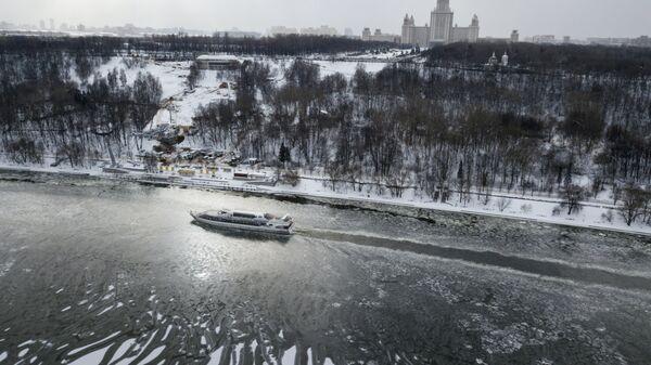 Прогулочное речное судно на Москве-реке
