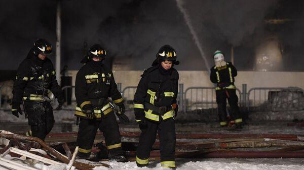 Сотрудники МЧС России во время тушения пожара на прогулочном теплоходе на Нагатинской набережной в Москве. 1 марта 2018
