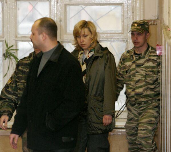 Юрист компании ЮКОС-Москва Светлана Бахмина конвоируется в зал судебного заседания