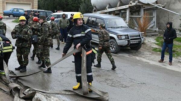 Сотрудники службы спасения возле места пожара в наркодиспансере в Баку. 2 марта 2018