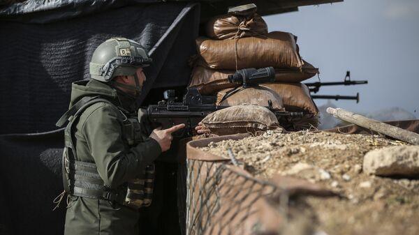 Военнослужащий турецкой армии на боевой позиции в Сирии