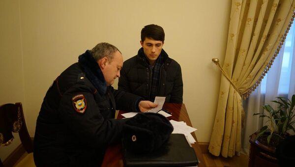 Мужчина, плеснувший водой в Ксению Собчак, в отделе полиции. 4 марта 2018