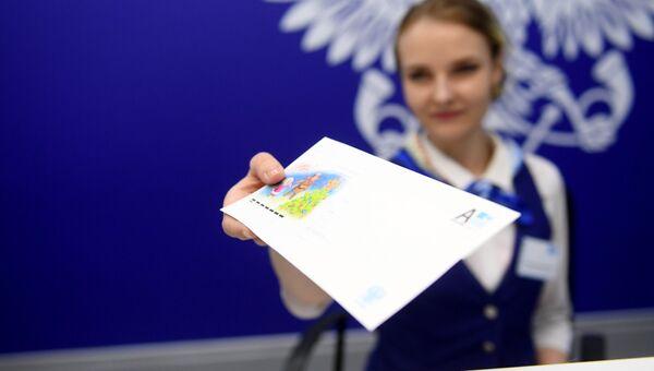 Сотрудник открывшегося отделения Почты России нового формата в Московском международном деловом центре Москва-Сити