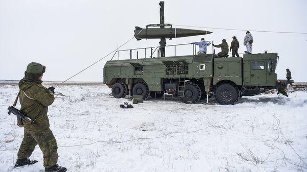 Подготовка к боевому пуску баллистической ракеты оперативно-тактического ракетного комплекса Искандер-М