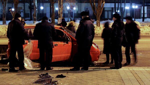 Полицейские на месте взрыва, который произошел на автостоянке неподалеку от республиканского спортивного комплекса Олимпийский в Ворошиловском районе Донецка. 5 марта 2018