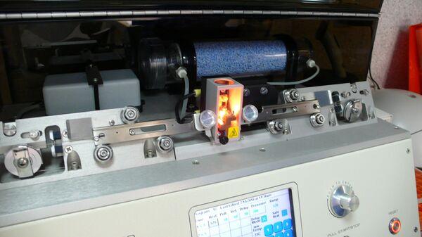 На приборе вытягивают очень тонкий стеклянный капилляр для инъекции в яйцеклетку