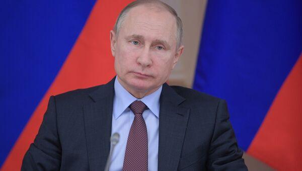 Владимир Путин проводит совещание по вопросу развития системы среднего профессионального образования в ходе рабочей поездки в Свердловскую область. 6 марта 2018