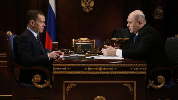 Председатель правительства России Дмитрий Медведев и руководитель Федеральной налоговой службы РФ Михаил Мишустин во время встречи. 7 марта 2018