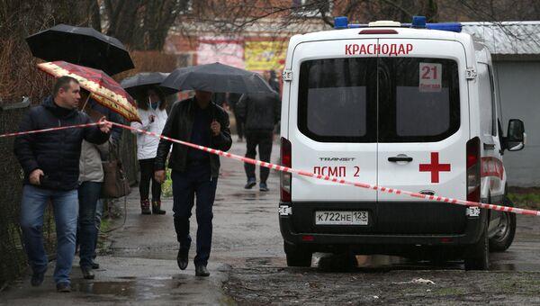 Автомобиль скорой помощи рядом с жилым домом на Славянской улице в Краснодаре, где произошел взрыв газа. 10 марта 2018