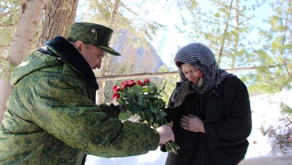 Глава Таштагольского района Владимир Макута передал Агафье Карповне от Амана Тулеева поздравление с праздником весны, букет роз, нарядный платок и все необходимые ей в хозяйстве вещи