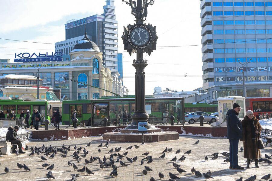 Часы на улице Баумана. Слева ТЦ Кольцово и отель Казань