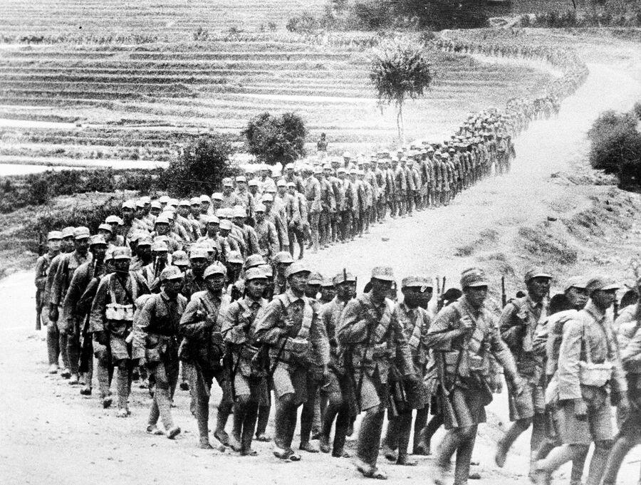 Китайские солдаты идут по дороге в провинции Юньнань во время Японо-китайской войны