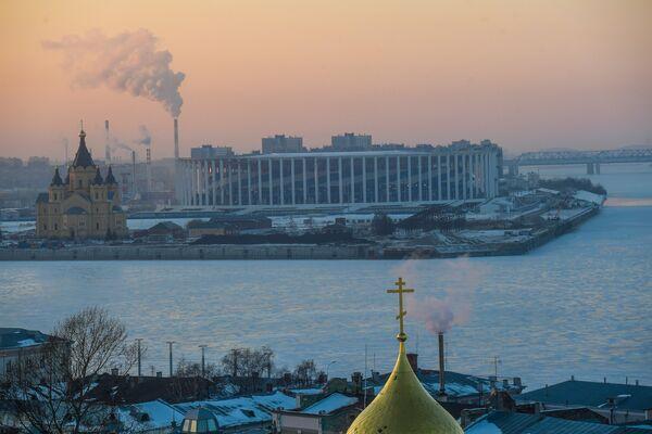 Стадион Нижний Новгород, где пройдут матчи чемпионата мира по футболу 2018. Слева: Александро-Невский Новоярмарочный собор