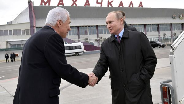 Владимир Путин и временно исполняющий обязанности главы Дагестана Владимир Васильев во время встречи в аэропорту Махачкалы. 13 марта 2018