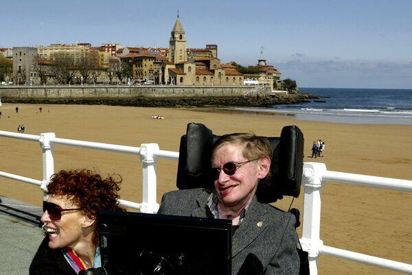 Британский физик-теоретик Cтивен Хокинг с женой в Испании