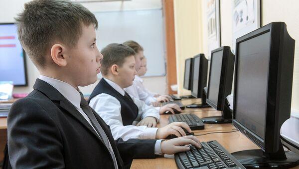 Ученики в компьютерном классе. Архивное фото