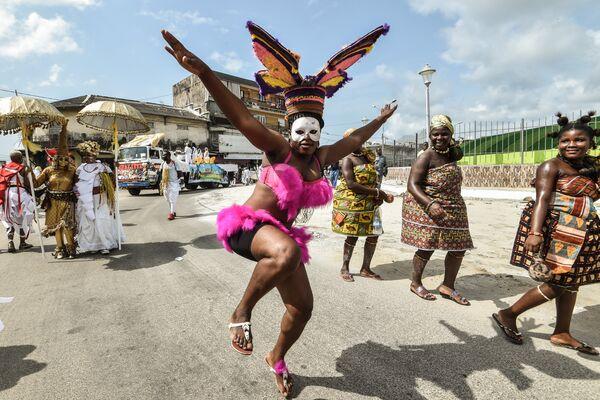 Члены афроамериканской группы Jouvay Fest танцуют на параде в Абиджане