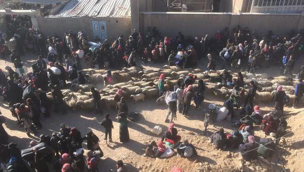 Выход мирных граждан из Хаммурии в Восточной Гуте через гуманитарный коридор