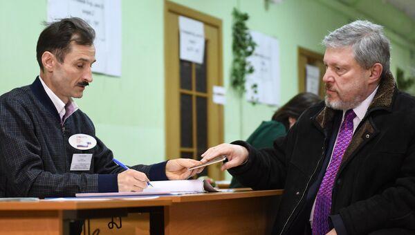 Кандидат в президенты РФ от партии Яблоко Григорий Явлинский во время голосования на выборах президента РФ на избирательном участке №2579 в Москве. 18 марта 2018