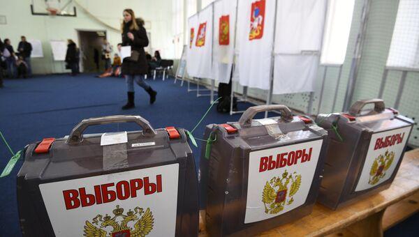 Урны на избирательном участке в Москве. Архивное фото