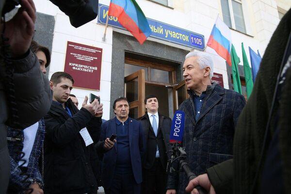 Врио главы Дагестана Владимир Васильев проголосовал на избирательном участке в Дагестанском государственном университет. 18 марта 2018