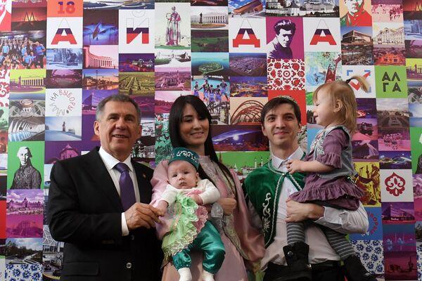 Президент Республики Татарстан Рустам Минниханов с избирателями во время голосования на выборах президента Российской Федерации на избирательном участке №42 в Казани. 18 марта 2018