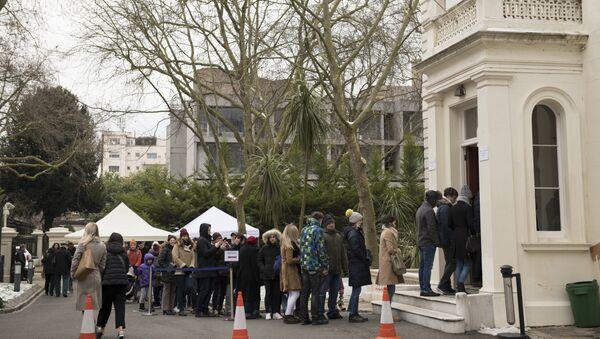 Россияне, проживающие в Великобритании, пришли проголосовать на выборах президента РФ на избирательный участок в посольстве РФ в Лондоне