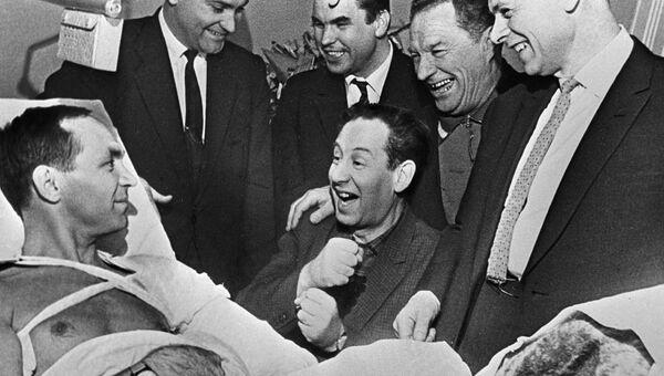 Друзья Героя Советского Союза летчика-испытателя Георгия Мосолова навещают его в больнице