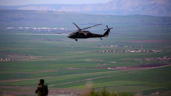 Вертолет международной коалиции, возглавляемой США, в районе границы Сирии и Турции